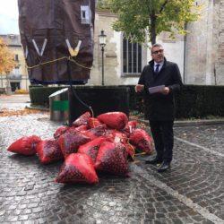 Josef Lisibach präsentiert die neuen Winterthurer Abfallsäcke.